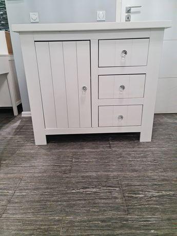 Biała drewniana komoda Pinio