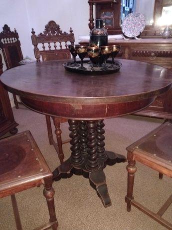 Mesa de jantar circular com pé trabalhado em madeira