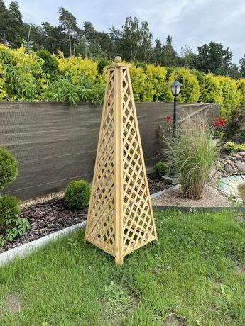 Obelisk drewniany