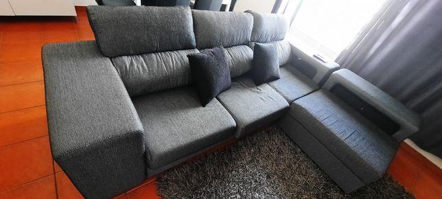 Sofá 3 lugares com chaise long, mesa, cadeiras, móvel TV e aparador