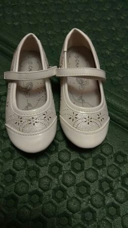 Білі туфельки на дівчинку