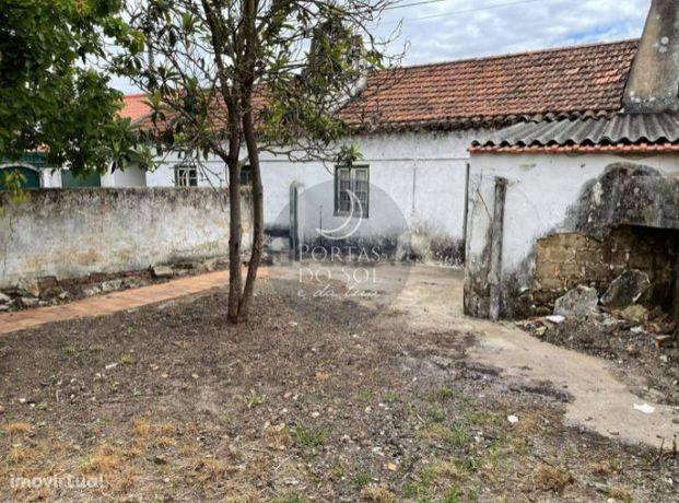 2 casa de aldeia p/ recuperar c/ quintal e poço