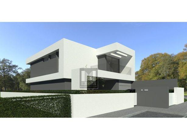 Moradia T3 com piscina, garagem e quintal a 7 km da praia