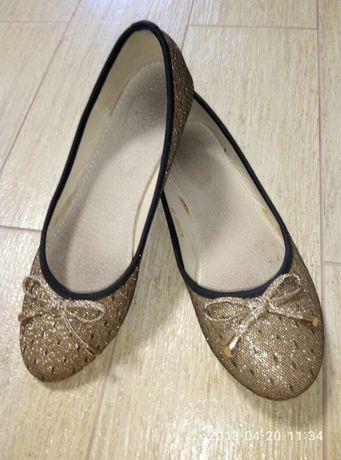 Туфлі для дівчат.
