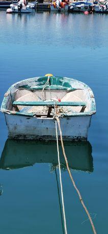 Pequeno barco de apoio