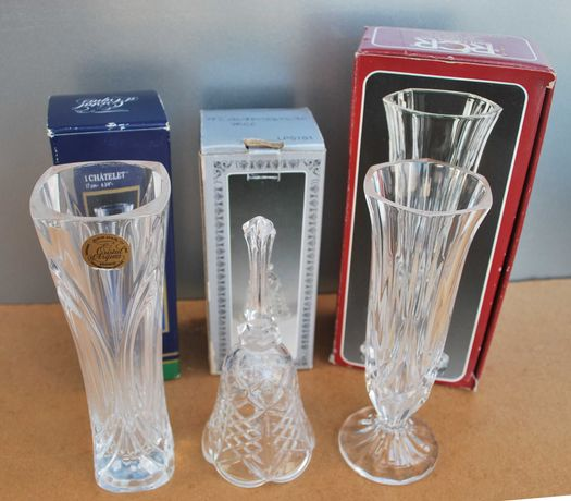 2 pequenas jarras e um sino de Cristal