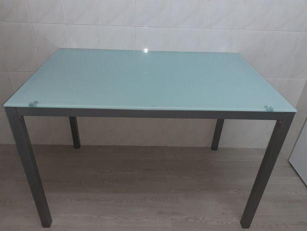 Mesa com tampo de vidro