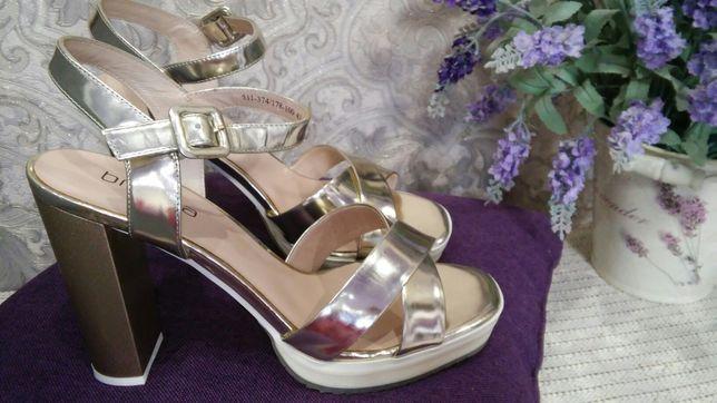 Кожаные золотые босоножки на высоком каблуке
