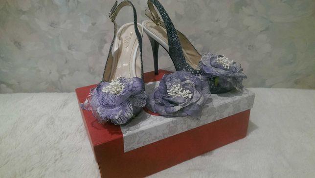 Красивые босоножки с цветком на каблуке + подарок