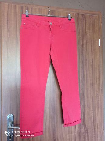 Czerwone damskie spodnie.