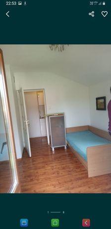 Pokój jednoosobowy z garderobą oraz balkonem