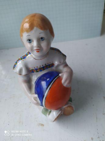 Статуэтка девочка с мячом