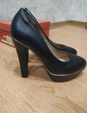 Туфли черные на каблуку