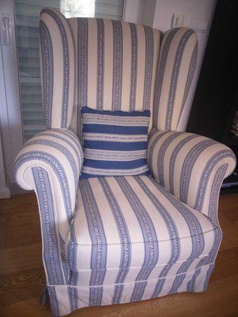 Confortável sofá de orelhas azul e branco