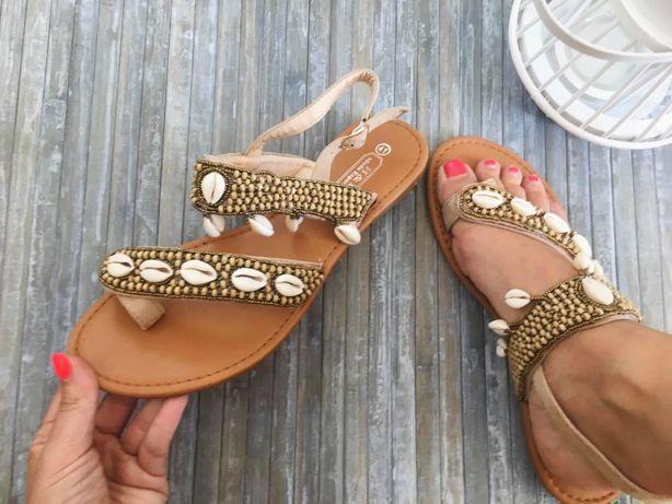 Sandalias novas com conchas