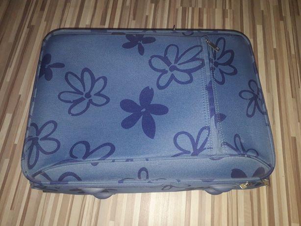 Walizka niebieska w kwiaty