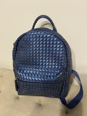 Рюкзак темно-синего цвета с отливом
