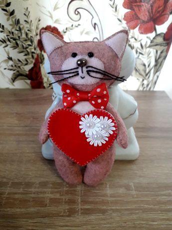 Котик - валентинка из фетра, отличный подарок любимым.