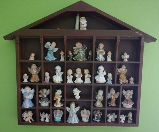 Domek, gablota z aniołkami