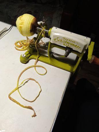 Стариное механическое приспособления для очистки фруктов