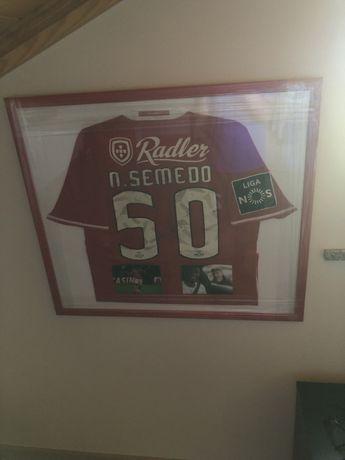 Camisola de jogo e assinada Nelson Semedo SLB