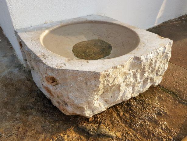 Pia rústica de pedra