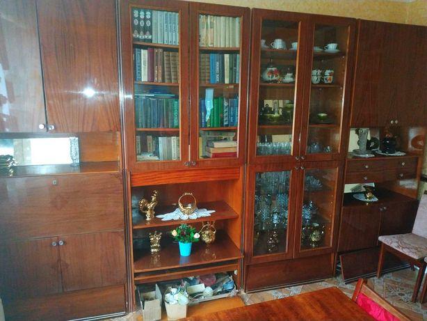Мебельная стенка времён СССР в хорошем состоянии.