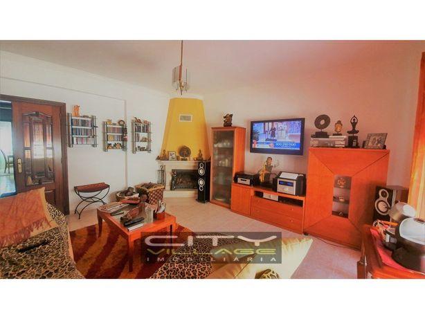 Apartamento com Box (garagem) e arrecadação.