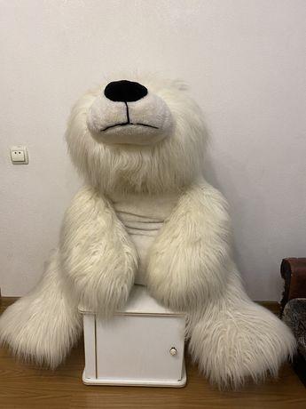 Белый плюшевый медведь.