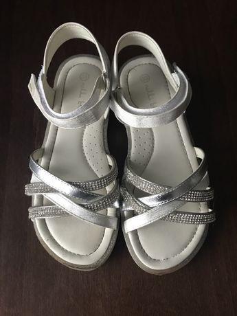 Sandałki dla dziewczynki