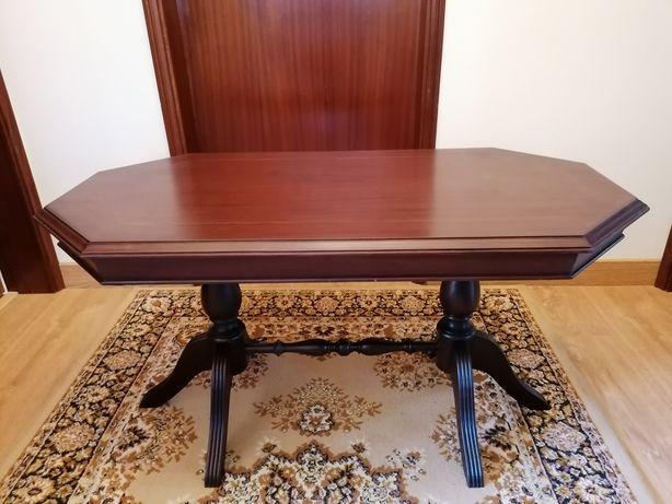 Mesa de centro, em madeira mogno.