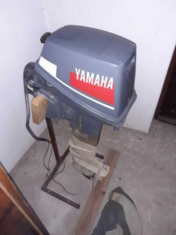 Sprzedam silnik Yamaha 8 KM zaburtowy do łodzi.