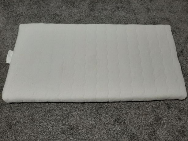 Lateksowy materac do łóżeczka dziecięcego