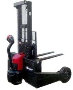 Empilhador Stacker eléctrico todo-o-terreno com rodas pneumáticas
