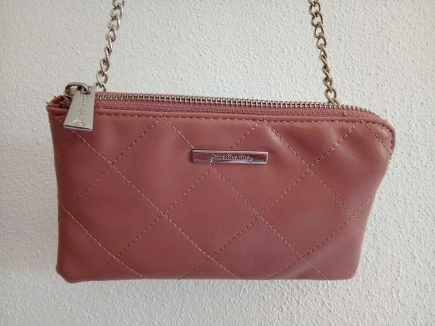 mala tiracolo cor de rosa Stradivarius - 2,50€
