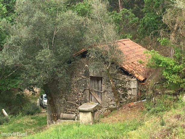 Quintinha com casa em pedra para restauro  até 250m2 na zona do gerês