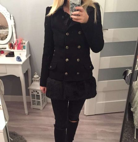 Czarny dwurzędowy płaszcz z odpinanym futerkiem