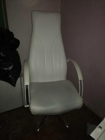 Biały fotel z regulowaną wysokością i oparciem