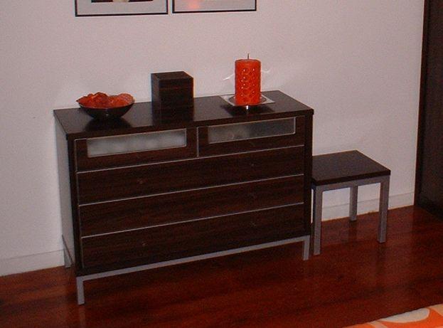 Vendo cômoda e 2 mesas de cabeceira em madeira e vidro fosco