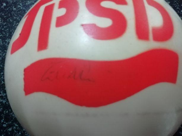 Bola histórica assinada pelo Sr. Eusébio da Silva Ferreira