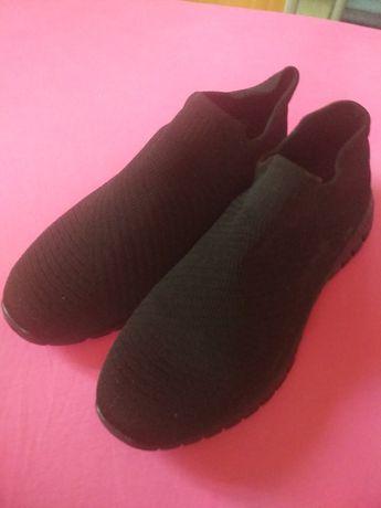 Продам тканинні кросівки