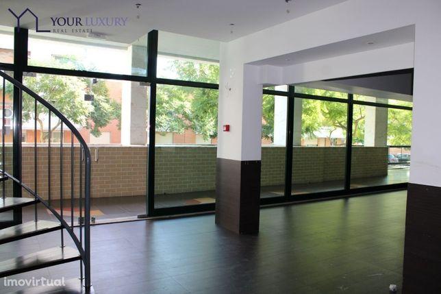 Loja com viabilidade para restauração para arrendamento em Queijas