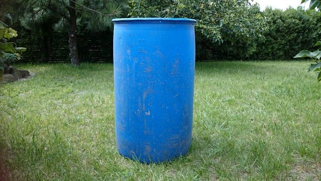 beczka plastikowa na wodę deszczową lub na nawóz płynny