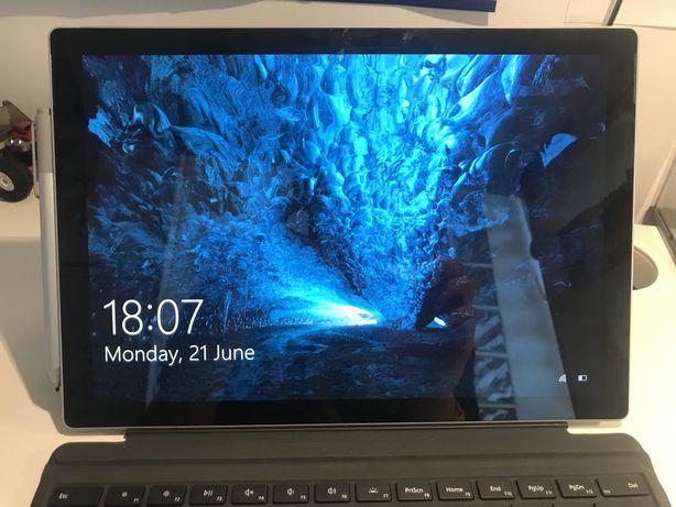 Surface Pro 7 z klawiaturą, myszka i dlugopisem