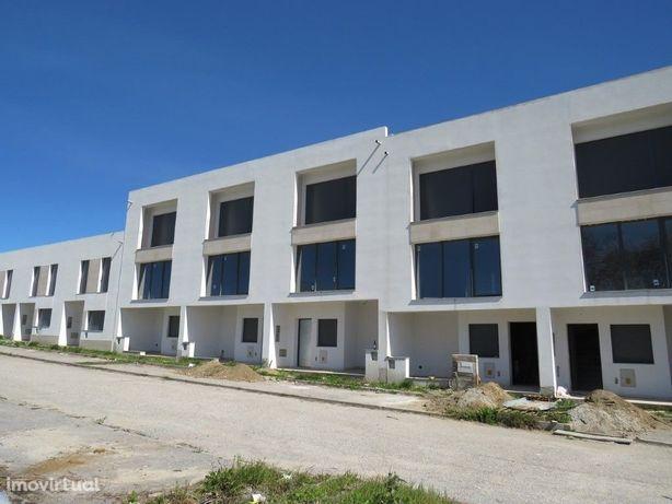 Loteamento de moradias T3 em construção em Évora