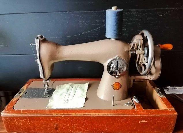 Продам швейную ручную машинку. СССР. Машинка идеальна.
