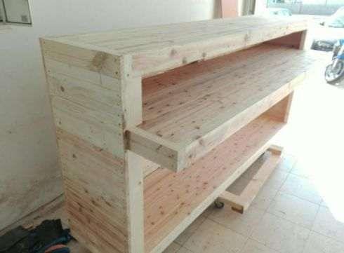 Balcão em madeira crua,muito robusto e rustica.