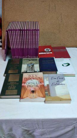 Coleção de livros em Inglês, e outros em Português.