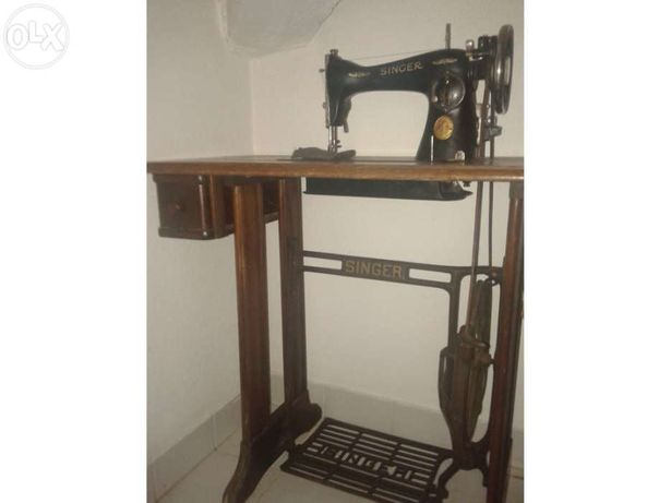 Máquina de costura Singer a funcionar