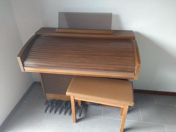 Órgão com móvel marca Solina P355